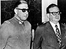 Augusto Pinochet (vlevo) na archivním snímku spolu s prezidentem Salvadorem