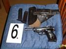 U staršího z mužů policie našla také nelegálně držené zbraně.