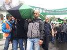 Demonstrující horníci pochodují na Prokešovo náměstí.