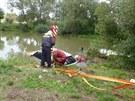 Řidič BMW skončil cestou z Jinošova směrem k Náměšti nad Oslavou v rybníce....