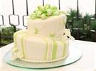 Atypický, ale decentní svatební dort s kvítky hortenzií, jak si přála nevěsta.