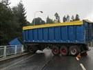 V úterý na mostě havaroval kamion, který tu dostal smyk. Kabina zůstala viset...