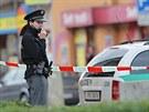 Policie vyklidila křižovatku U Práce. Na pomník Díky, Ameriko! někdo přilepil...