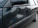 Řidič osobního auta se před rozzuřeným řidičem kamionu ve svém voze zamkl.