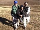 Záchranáři přenášejí vyhublého Uruguajce z jeho přístřešku v Andách do sanitky.