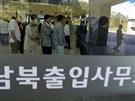 Fronta Jihokorejců před směnárnou v pondělí 16. září 2013, kdy se znovu...