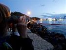 Vyzdvihování vraku lodi Costa Concordia sledovali lidé od pondělního brzkého...