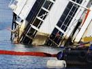 V pondělí po poledni už bylo vidět, že se loď zvedla zhruba o metr.
