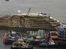 Pohled na boční část lodi Costa Concordia, která ležela ponořená ve vodě od...