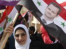 Stoupenci syrského prezidenta Bašára Asada demonstrovali před budovou