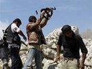Bojovníci Syrské svobodné armády (FSA) pálí na vládní vojska v provincii Idlib