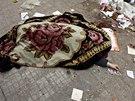 Tělo oběti přestřelky rebelů a vládních vojsk u Aleppa (18. září 2013)