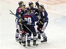 PĚKNĚ, MLADEJ. Liberečtí hokejisté slaví gól proti Třinci. Vpravo s košíkem se