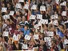 PŘEKVAPENÍ. Sparťanští fanoušci oslavují střelce branky v dresu číslo 87 Petra