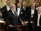 Krzysztof Penderecki (vlevo) děkuje publiku za ovace po uvedení jeho Adagia ze