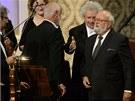Krzysztof Penderecki (vpravo) děkuje publiku za ovace po uvedení jeho Adagia ze