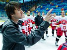 Skupinová fotografie hokejového týmu Mountfield Hradec Králové. Hráče rovnal...