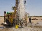 Voda tryská z testovacího vrtu v oblasti Napuu. (Keňa, září 2013)