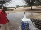 Místní úředník dohlíží na pumpu u vrtné díry v Napuu. (Keňa, září 2013)