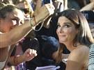 Sandra Bullocková s fanoušky (Toronto, 8. září 2013)