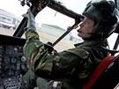 Princ William coby pilot RAF ve svém vrtulníku (22. ledna 2011)
