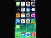 iOS 7 pro iPhone: Hlavní menu je barevnější než dříve.