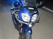 Svítilna přidělaná na motorce měla nahradit světlo.