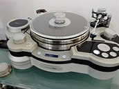 """Nové gramofony kombinují staré technologie s novými. Gramofon Air Force One japonského výrobce TechDAS je vybaven vzduchovou pumpou, která dokáže podtlakem """"přicucnout"""" gramofonovou desku k talíři, čímž vyrovná její případné zvlnění."""