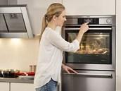 Ovládání displeje je intuitivní, parní trouba AEG ProCombi Sous Vide nabízí 100 receptů, takže se vaření nemusí bát ani začátečník. Pod troubou je zásuvka s vakuovačkou.