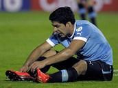Uruguayský fotbalista Luis Suarez se vzpamatovává z faulu.