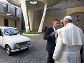 Farář Renzo Zocca předává papežovi dar - Renault 4. (Řím, 7. září 2013)