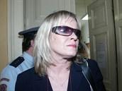 Chantal Poullain u soudu kv�li dopravn� nehod� (29. dubna 2004)
