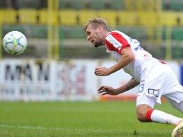 Útočník Slavie Dávid Škutka dává hlavičkou první gól do sítě HFK Olomouc.