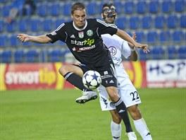 MERCEDES V AKCI. Petr Švancara (vpředu) si brání míč před dotírajícím Tomášem Košútem.