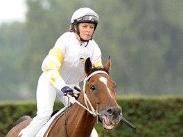 Žokejka Martina Růžičkováse svým koněm Rubínem při kvalifikaci na Velkou