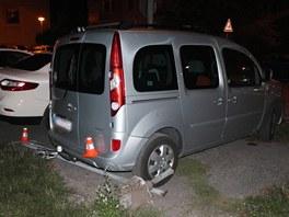 Dopravní značka z pod auta viníka odletěla a zastavila se až o další vůz.