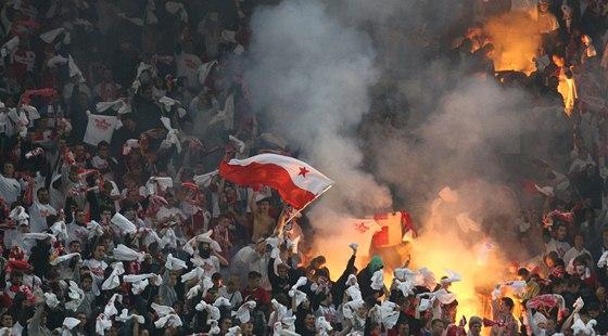SLÁVISTICKÝ KOTEL. Fanoušci červenobílých během derby se Spartou.