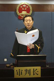 Soudce Wang Sü-kuang předčítá rozsudek. Po Si-lajovi hrozil trest smrti, ale