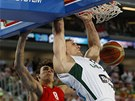 Právě zasmečoval litevský Robertas Javtokas, přihlíží Dario Saric z Chorvatska.