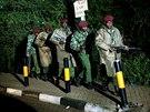 Vojska keňské armády opouští obchodní centrum v Nairobi.