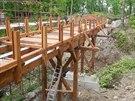 Stavba nového dřevěného mostu u zříceniny v Kunraticích