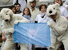 Před ruskou ambasádou v Praze se v pátek sešlo několik členů Greenpeace (20....