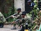 Keňští policisté zaujímají pozice během operace na záchranu rukojmí, které v...