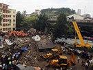 Ze sutin zřícené bombajské budovy vyprošťují záchranáři přeživší (27. září...