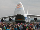 Obří letoun An-124 Ruslan v obležení návštěvníků Dnů NATO v Ostravě