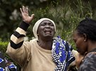Mary Italov� (uprost�ed) pl��e p�ed m�rnic� v Nairobi, kde le�� t�lo jej�ho