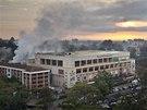 Z nairobského nákupního centra Westgate ještě ve čtvrtek večer stoupal dým (26.