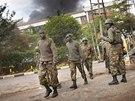 Z nákupního centra, jež v keňské metropoli Nairobi v sobotu obsadili ozbrojení