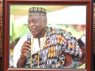 Lid� se podepisuj� do kondolen�n� knihy v dom� ghansk�ho b�sn�ka Kofi Awoonora
