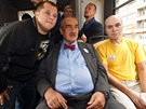 Politici zvali do tramvaje lidi stojící na zastávkách, ti se pak mohli vyfotit...